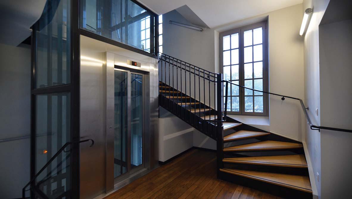 Escaliet et ascenceur intérieur