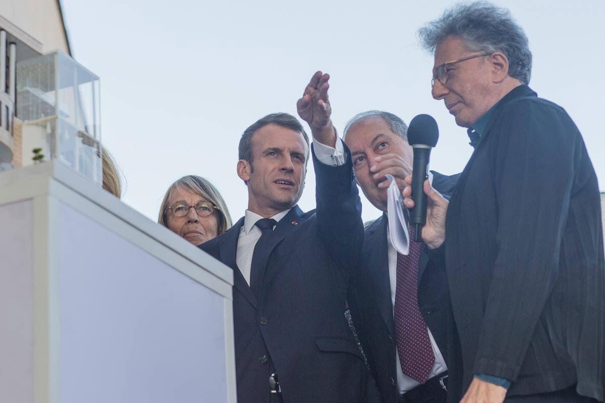 L'architecte, Aris ATAMIAN, présente le projet devant le président de la république Mr Emmanuel Macron