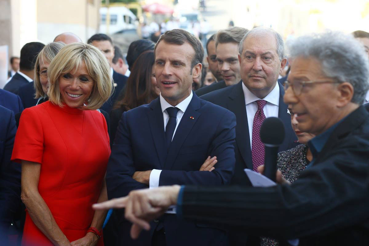 Le couple présidentielle Brigitte et Emmanuel Macron, le président d'Arménie ainsi que Nicolas Aznavour lors de la pésentation de la maquette par Aris Atamian