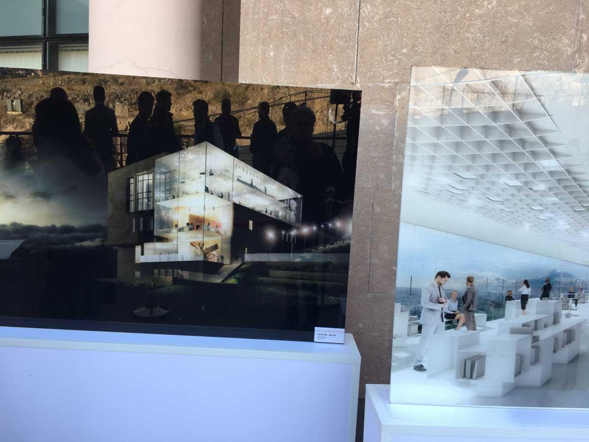 Exposition des perspectives 3D en gros plan de la fondation Aznavour