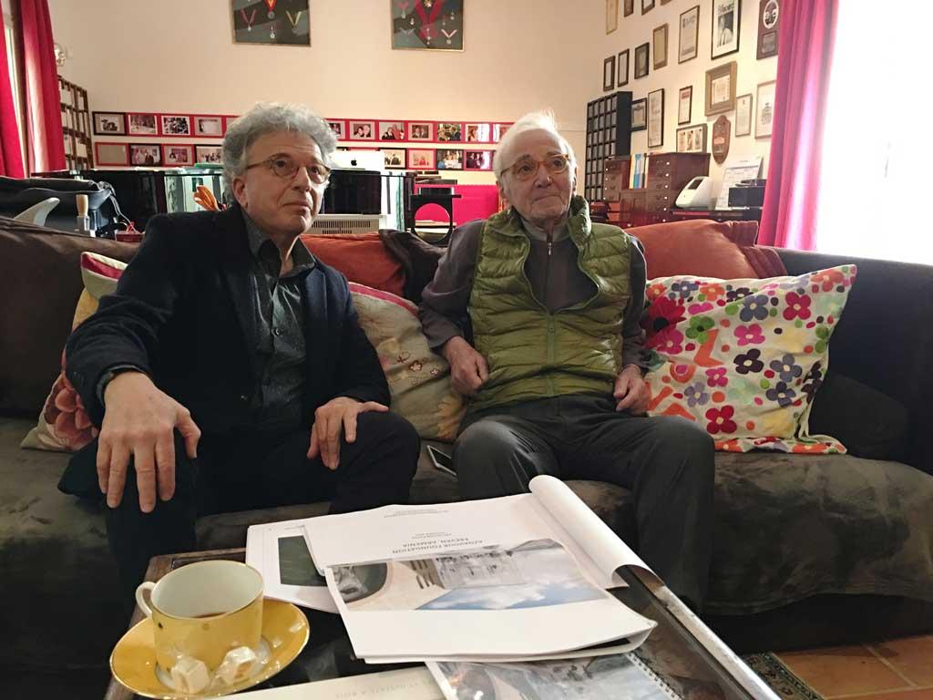 Aris Atamian présente le projet à Charles Aznavour chez lui à Mouriès